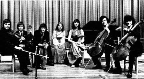 Yehudi Menhuin School students on a 1974 tour of the USA. Left to right: Nigel Kennedy, Garfield Jackson, Colin Twigg, Jacqueline Cole, Krystyna Osostowicz, Colin Carr, Yehuda Kanar.